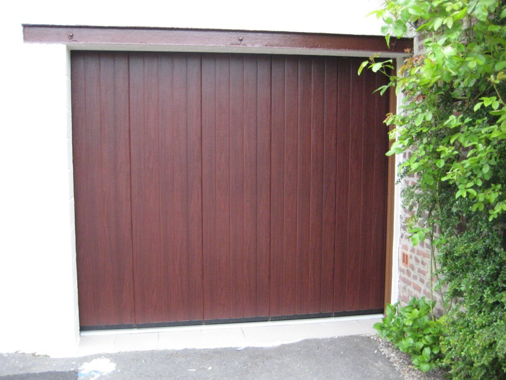 Porte finition style bois fonc smf services for Porte de garage moss