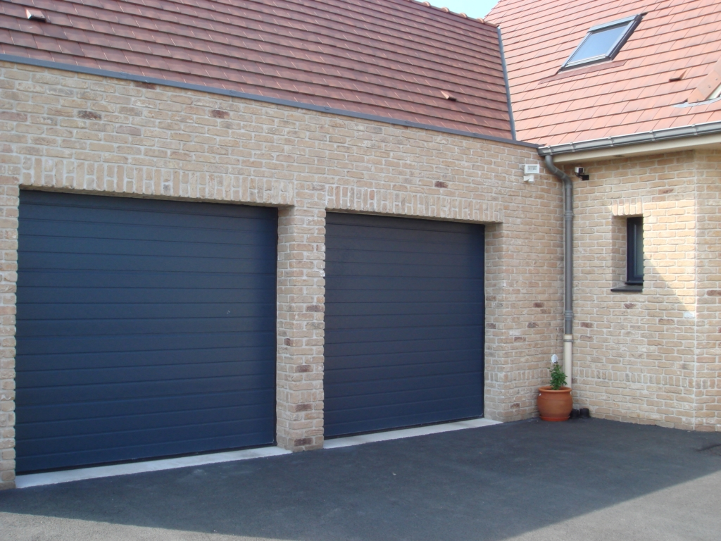 Porte bleue multi rainures smf services for Porte de garage 60 mm