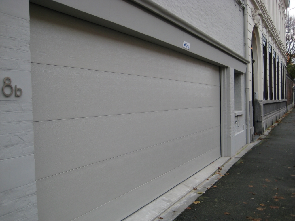 Porte grise claire avec portillon smf services for Porte de garage 60 mm