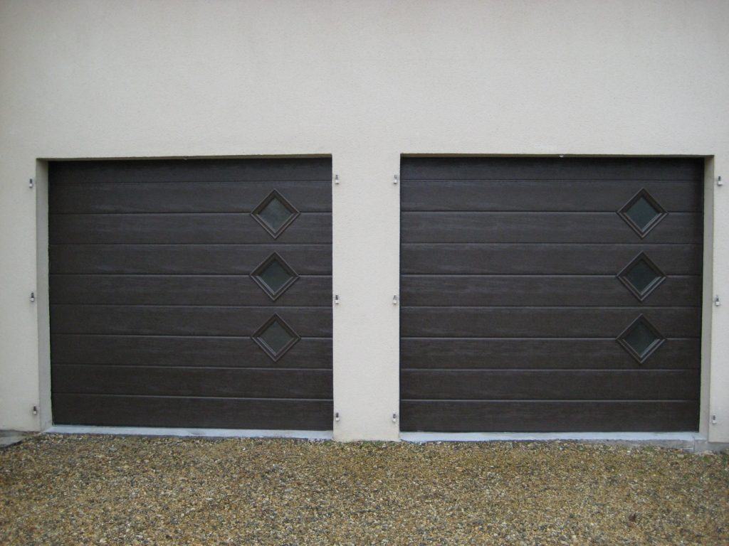 Porte marron avec hublots lat raux smf services for Porte de garage 60 mm