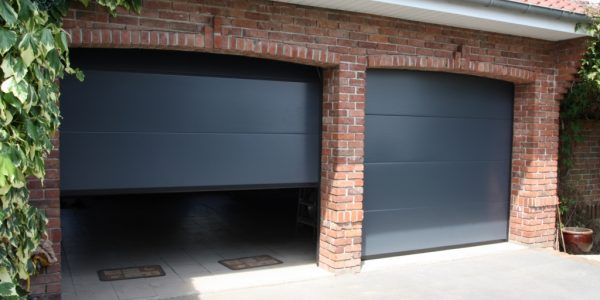 Double portes de garage grises finition microrainures SMF Services